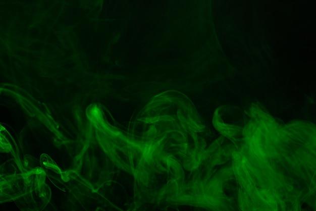 Vapor verde sobre un fondo negro.