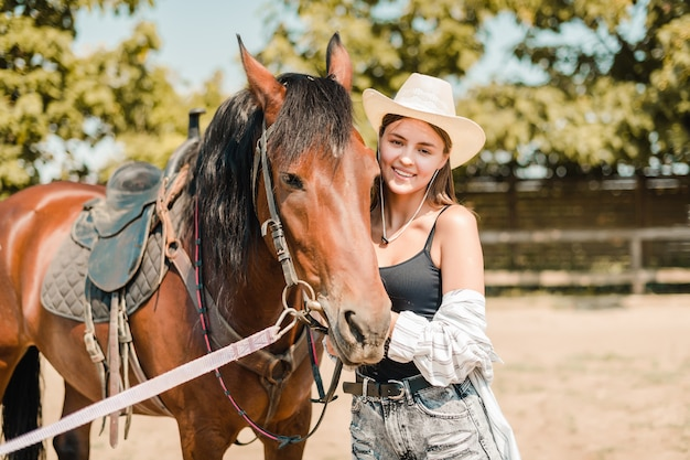 Vaquera en el rancho con un caballo