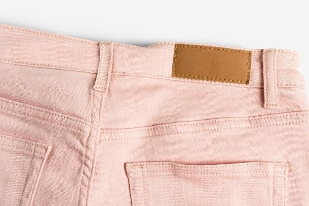 Vaqueros rosados con etiqueta de ropa en blanco moda de ropa casual