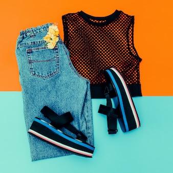 Vaqueros vintage azules, zapatos de plataforma, malla superior negra. tendencia del verano. traje elegante