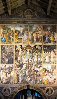 Varallo, italia - junio de 2020: ubicada en la iglesia de santa maria delle grazie en varallo sesia, esta obra maestra renacentista fue creada por gaudenzio ferrari en 1513