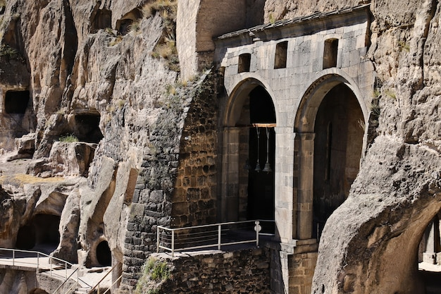 Vardzia antigua cueva de la ciudad-monasterio en la montaña erusheti cerca de aspindza, georgia.