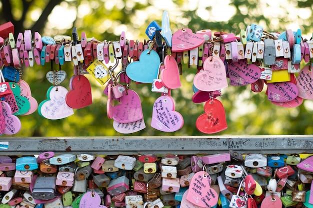 Vareidad de la llave cerrada en la torre n de seúl en la montaña namsan que las personas creen que tendrán el amor para siempre si escriben el nombre de la pareja en ella