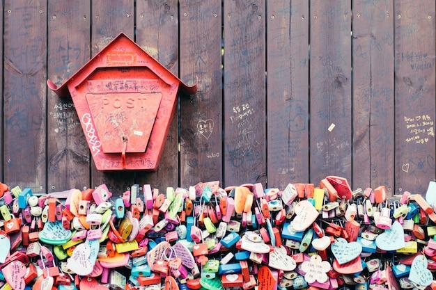 Vareity de la llave bloqueada que la gente cree que tendrá el amor por siempre si escribe el nam