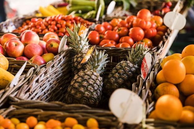 Variación de frutas en canasta de mimbre en el mercado.
