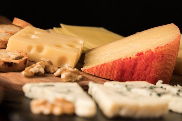 Variación de sabrosos quesos en mesa de madera.