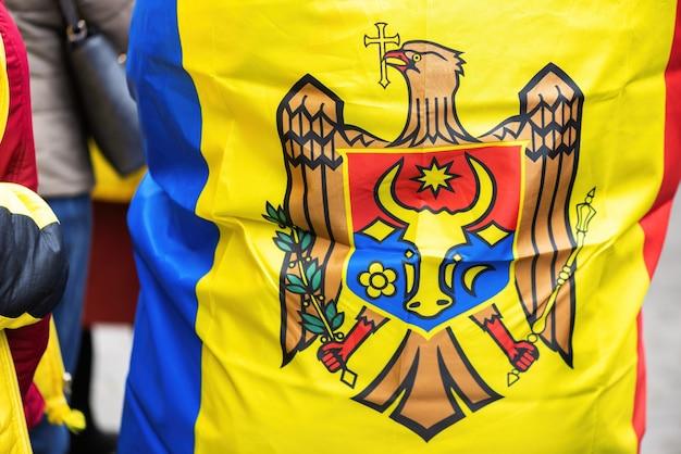 Varias banderas nacionales, personas que protestaban por elecciones anticipadas frente al edificio del tribunal constitucional, chisinau, moldavia