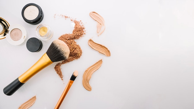 Varias bases de maquillaje