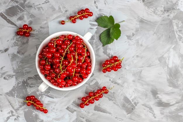 Varias bayas frescas de verano, arándanos, grosellas rojas, fresas, moras, vista superior.