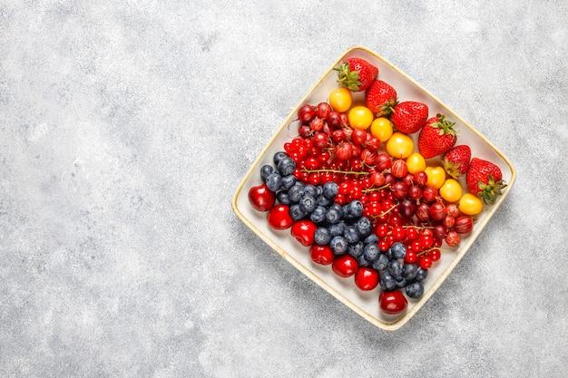 Varias bayas frescas de verano, arándanos, grosellas rojas, vista desde arriba.