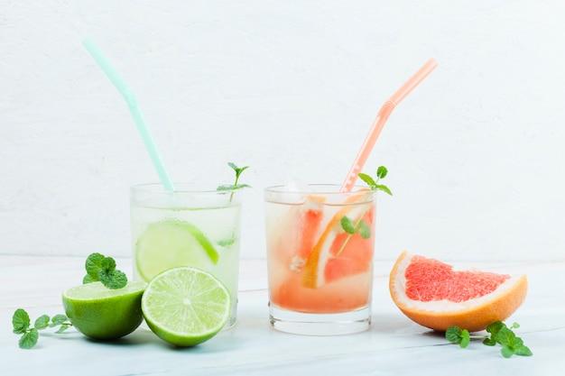 Varias bebidas cítricas refrescantes.