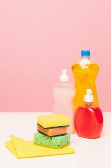Varias botellas con productos de limpieza.