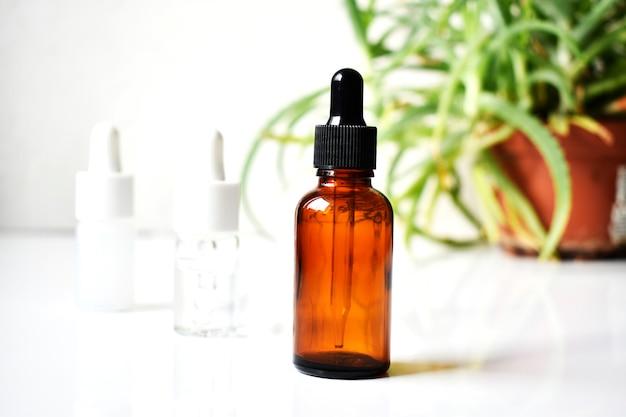 Varias botellas de vidrio para cosméticos, medicina natural, aceites esenciales u otros líquidos, vista superior. orgánico