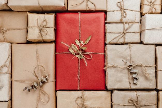 Varias cajas de regalo envueltas en papel artesanal ecológico con cuerdas