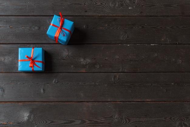 Varias cajas de regalo en mesa de madera, vista superior