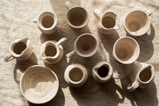 Varias cerámicas en la vista superior de la mesa