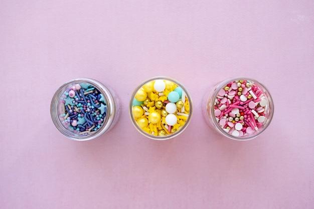 Varias chispitas de azúcar primer plano granulado laical