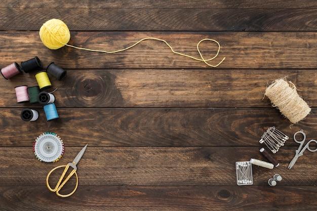 Varias cosas de costura en la mesa