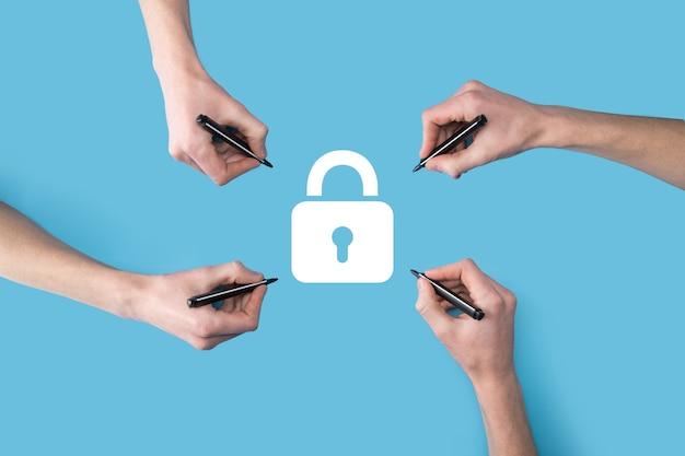 Varias, cuatro manos dibujan un icono de candado con un marcador. red de seguridad cibernética.