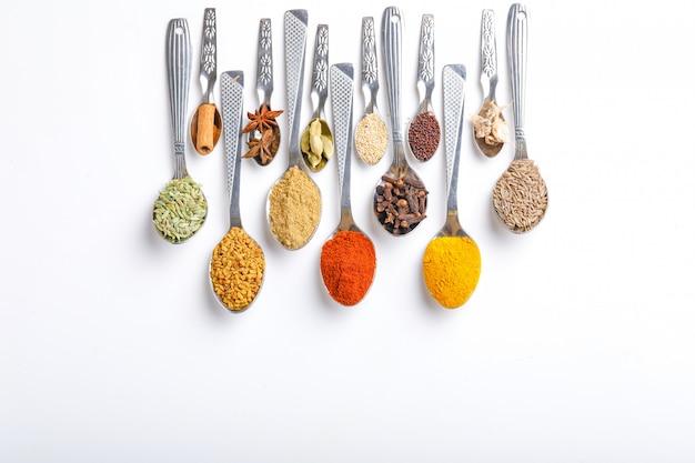 Varias especias en cucharas. vista superior