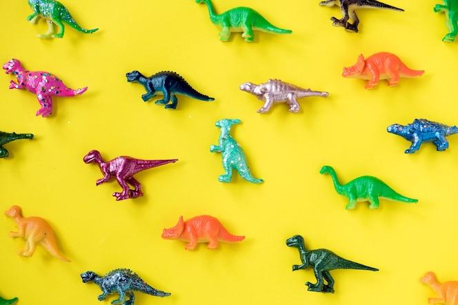 Varias figuras de juguetes de animales en un fondo colorido