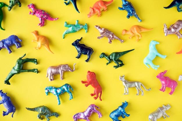 Varias figuras de juguete de animales en un fondo colorido.