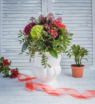 Varias flores en la mesa