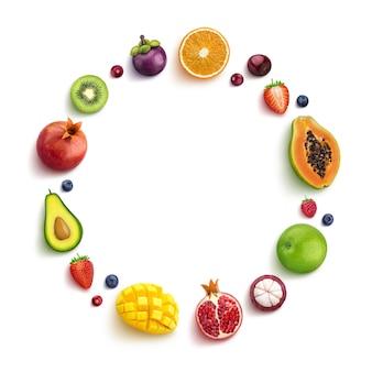 Varias frutas y bayas aisladas sobre fondo blanco, vista superior, marco redondo de frutas con espacio vacío para texto