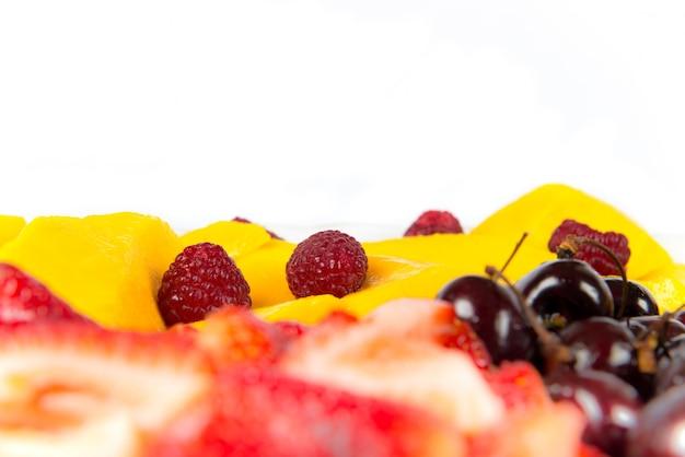 Varias frutas de colores sobre fondo blanco