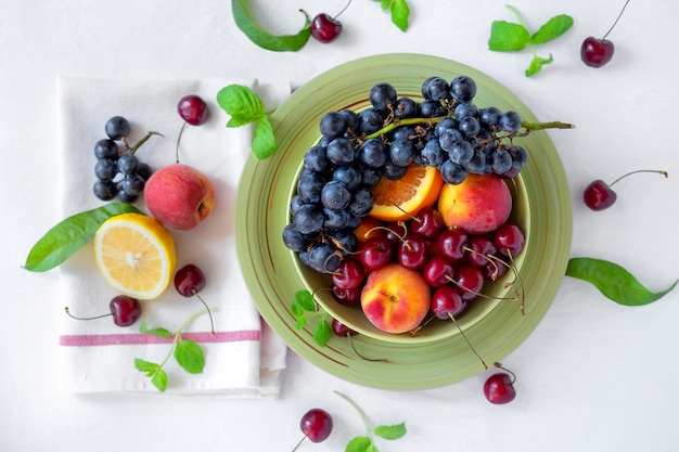 Varias frutas frech en bandeja