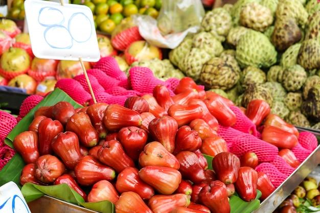 Varias frutas frescas en la comida de la calle en el mercado rural local