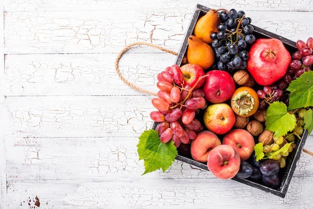 Varias frutas de otoño en una caja