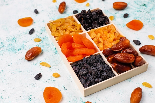 Varias frutas secas, dátiles, ciruelas, pasas e higos.