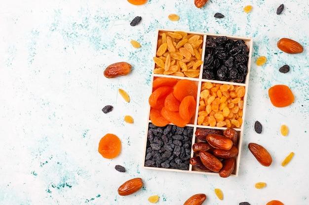 Varias frutas secas, dátiles, ciruelas, pasas, higos, vista superior
