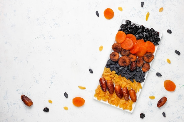 Varias frutas secas, dátiles, ciruelas, pasas, higos