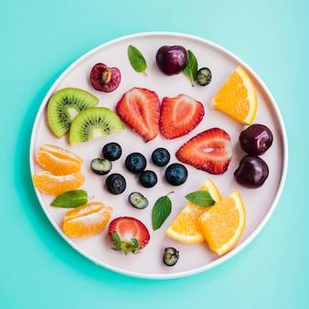 Varias frutas de temporada en el plato.