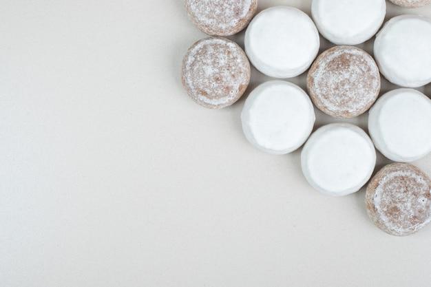Varias galletas sabrosas en superficie beige