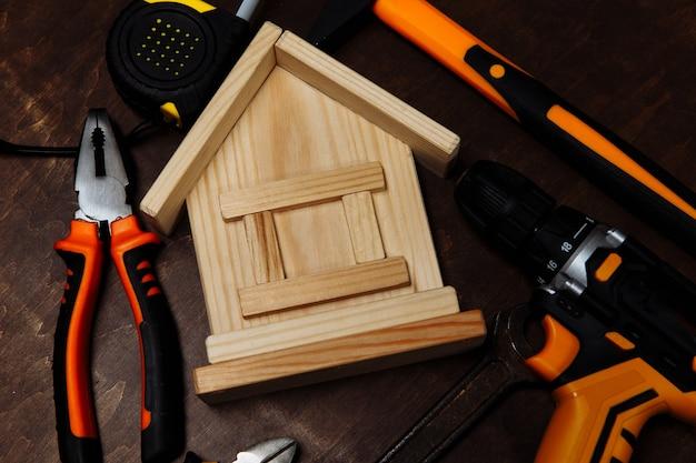 Varias herramientas de reparación y modelo de equipo de primer plano de la casa para la construcción