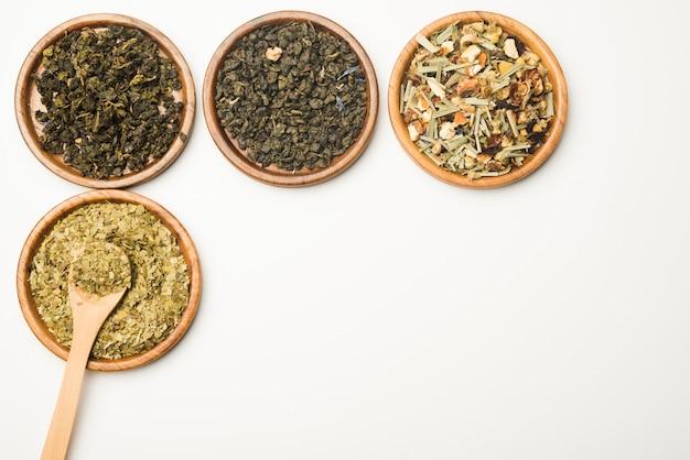 Varias hierbas medicinales secas naturales en bandeja de madera