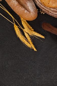 Varias hogazas de pan con granos de trigo
