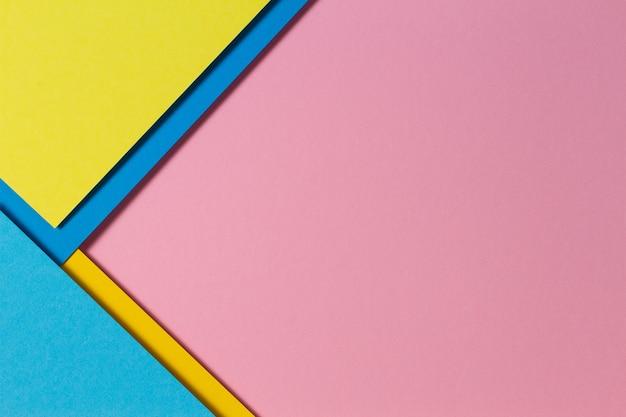Varias hojas de papel de colores que forman la composición de la geometría