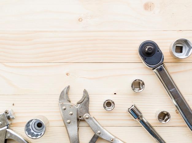Varias llaves cerca de boquillas en mesa