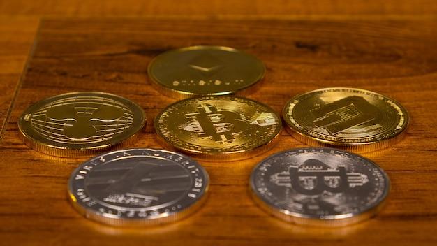 Varias monedas de criptomoneda de cerca, dinero virtual, minería.
