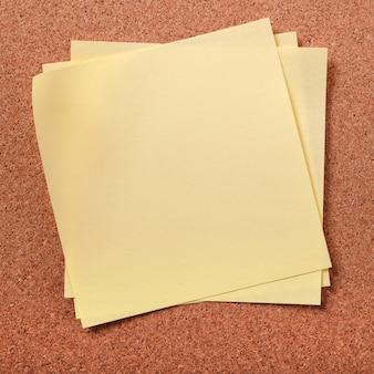 Varias notas adhesivas desordenadas en el tablero de corcho