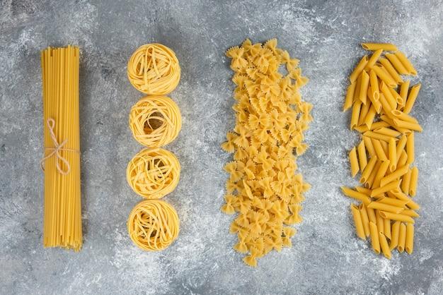 Varias pastas sin cocer en piedra.