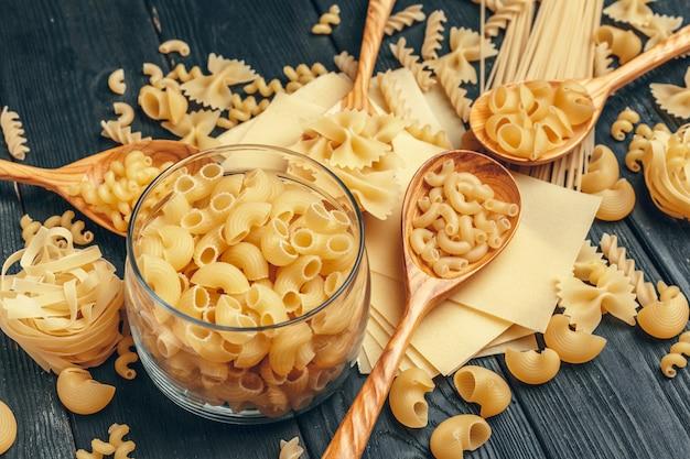 Varias pastas en cucharas