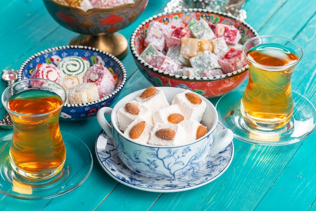Varias piezas de delicias turcas lokum y té negro