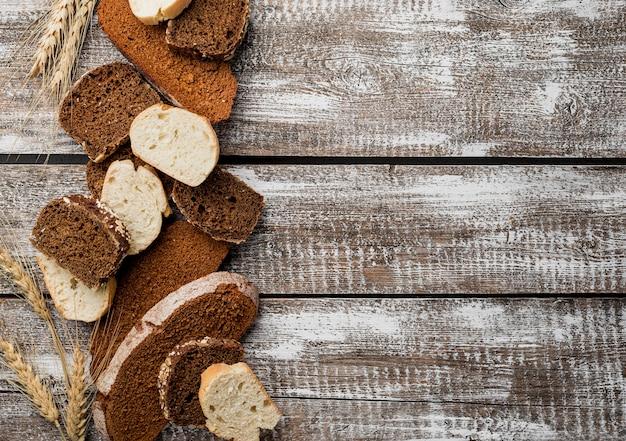 Varias rebanadas de pan sobre fondo de tablón de madera copia espacio