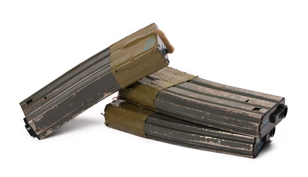 Varias revistas de rifle de airsoft aisladas en blanco