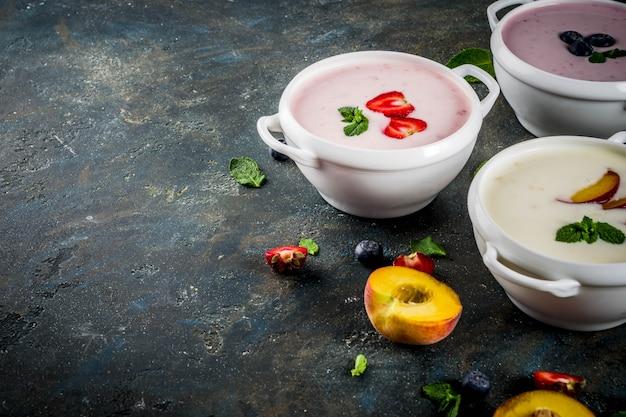 Varias sopas cremosas dulces de frutas y bayas